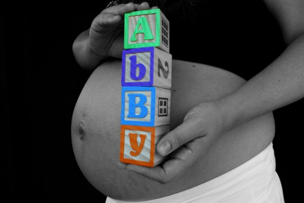 pregnancy photo with baby blocks