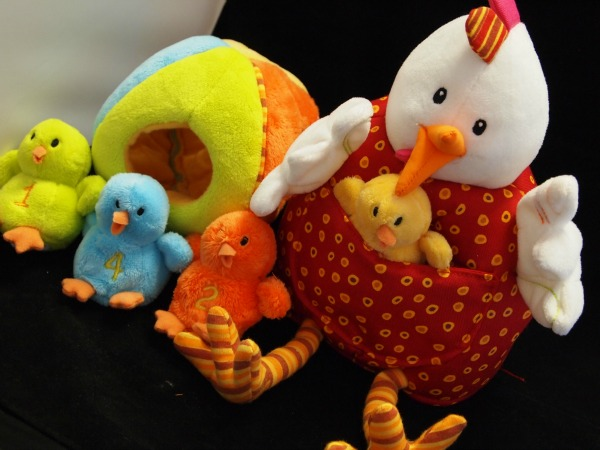 Ophelia and her chicks - great unplugged play for kids